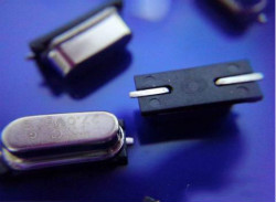晶振旁边接的两个电容是起什么作用