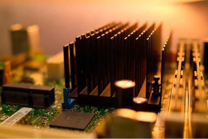 晶體管逐漸變小,Dennard定律比摩爾定律更值得關注